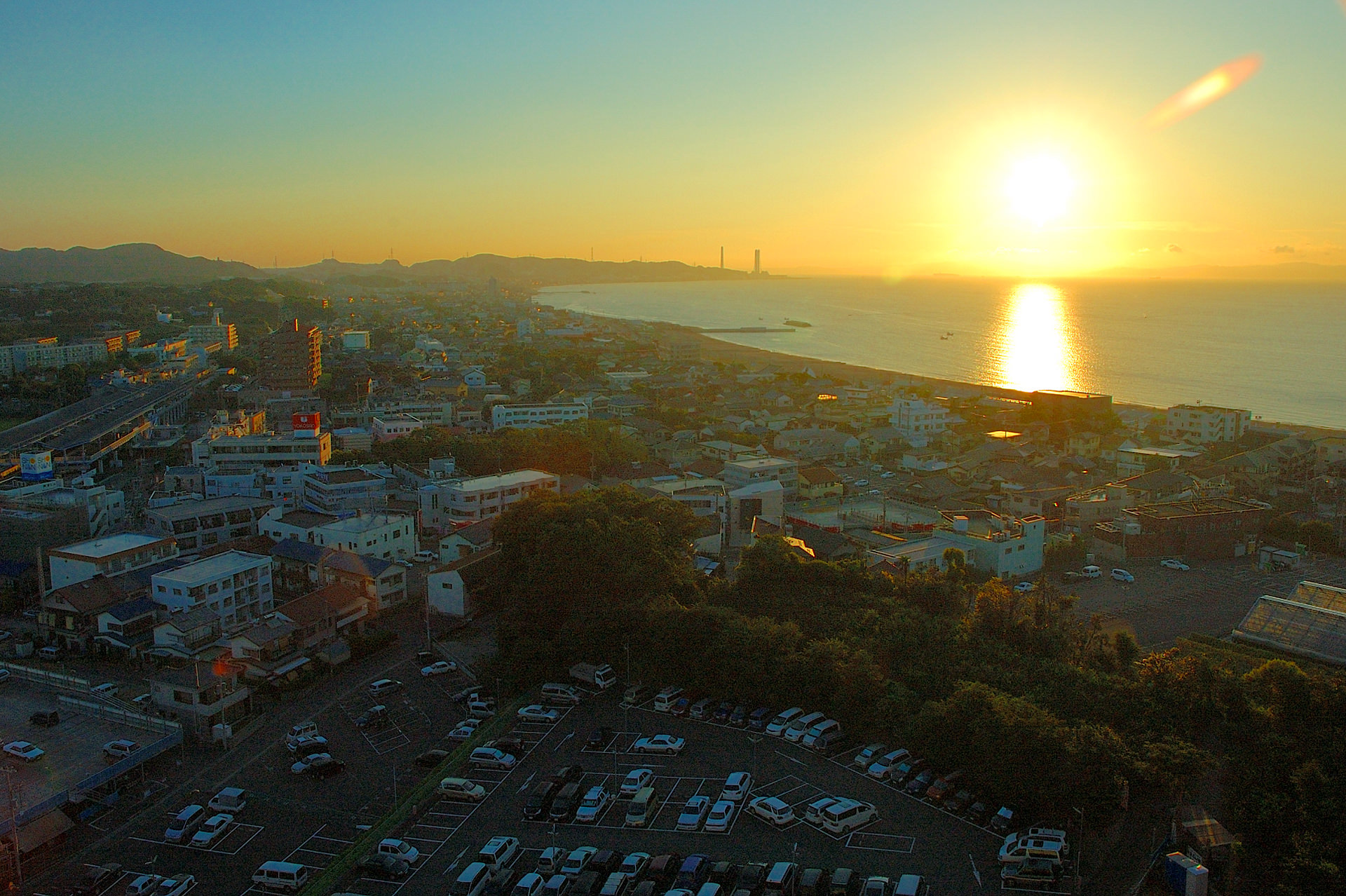 客室から臨める東京湾から昇る黄金の朝陽
