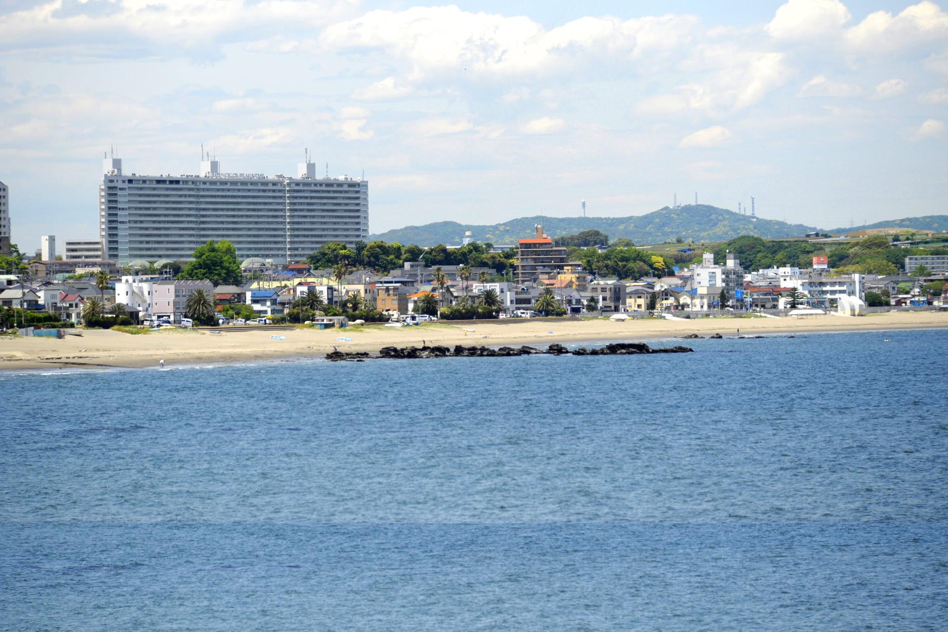 三浦海岸から臨む本館全景